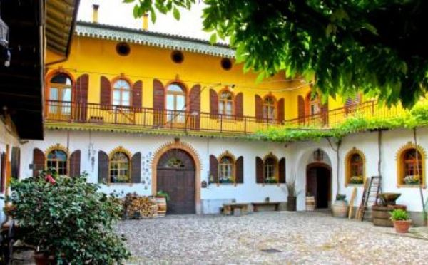 Cantina-De-Tarczal-Marano-d'Isera-cortile-interno