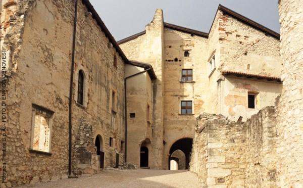 Castel-Beseno-Besenello-cortile-interno