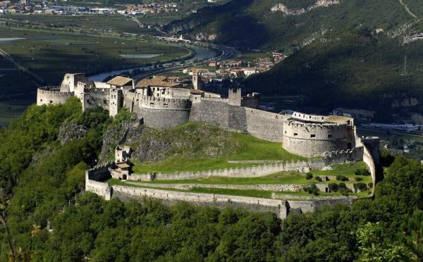 Castel-Beseno-Besenello-esterno3