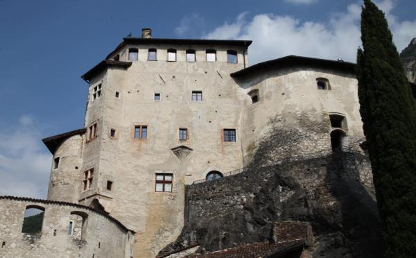 Castel-Pietra-Calliano-esterno-estate