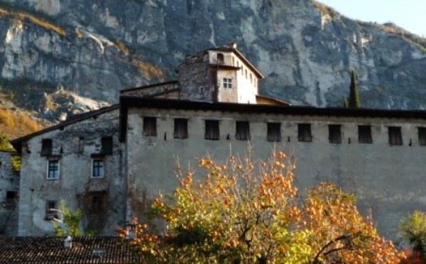 Castel-Pietra-Calliano-mura-esterne