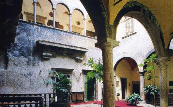 Castel-Toblino-Lago-di-Toblino-cortile-interno