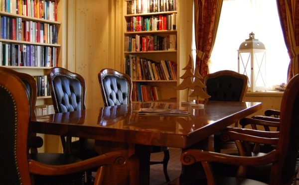 Folgaria-Post-Hotel-biblioteca