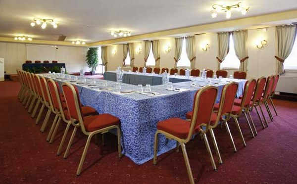 Golf-Hotel-Folgaria-sala-meeting-tavolo-unico