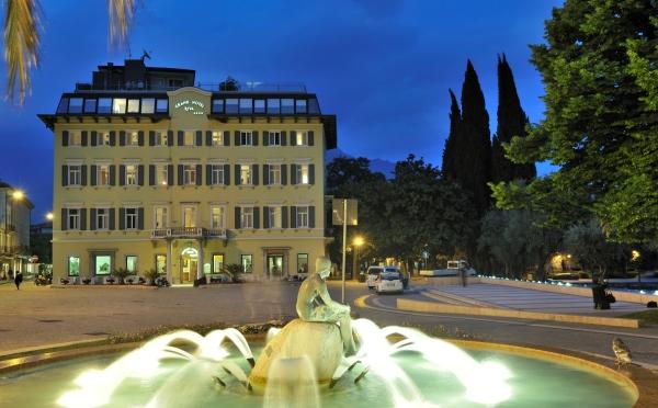 Grand-Hotel-Riva-esterno-di-notte