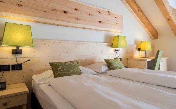 Hotel-Alpholiday-Dolomiti-Dimaro-camera-da-letto2