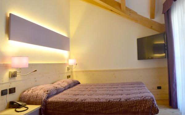 Hotel-Alpholiday-Dolomiti-Dimaro-camera-da-letto3