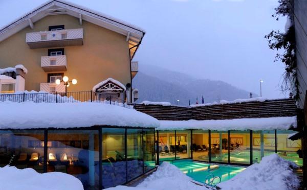 Hotel-Alpholiday-Dolomiti-Dimaro-esterno-in-inverno