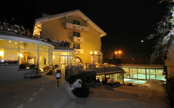 Hotel-Alpholiday-Dolomiti-Dimaro-esterno-notturno