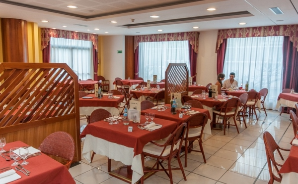 Hotel-Alpholiday-Dolomiti-Dimaro-sala-da-pranzo