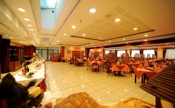 Hotel-Alpholiday-Dolomiti-Dimaro-sala-da-pranzo2