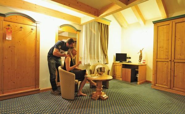 Hotel-Bellavista-Cavalese-divanetti-camera-da-letto