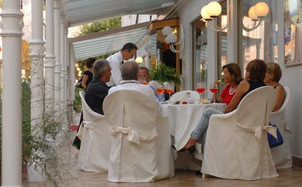 Hotel-Bellavista-Levico-Terme-aperitivo