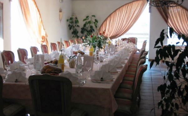 Hotel-Castel-Pietra-Transacqua-allestimento-tavoli