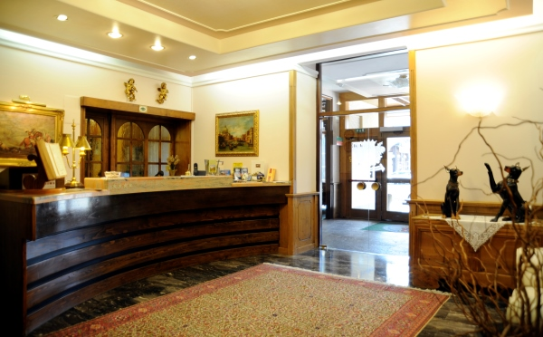 Hotel-Des-Alpes-San-Martino-reception