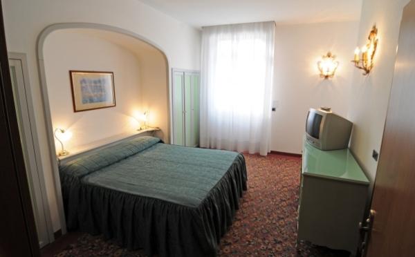 Hotel-Liberty-Riva-del-Garda-camera-da-letto