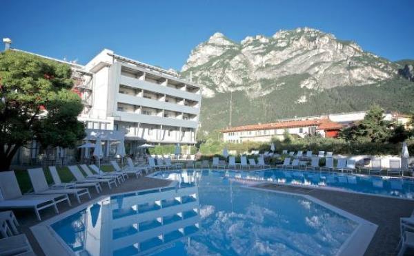 Hotel-Luise-Riva-del-Garda-esterno-con-piscina