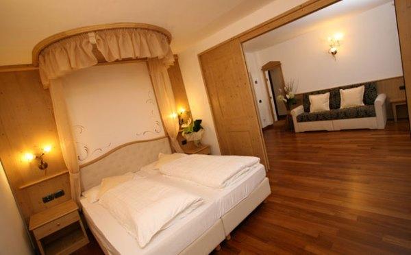 Hotel-Shandranj-Tesero-camera-da-letto3