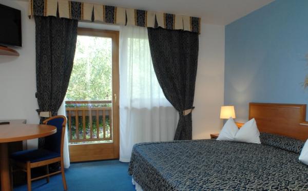 Hotel-la-Roccia-Cavalese-camera-da-letto
