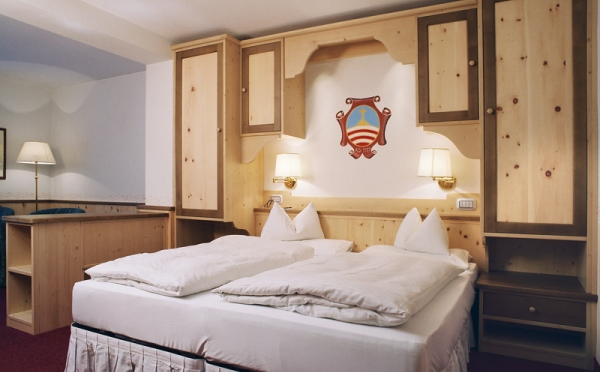 Hotel-la-Roccia-Cavalese-camera-da-letto2